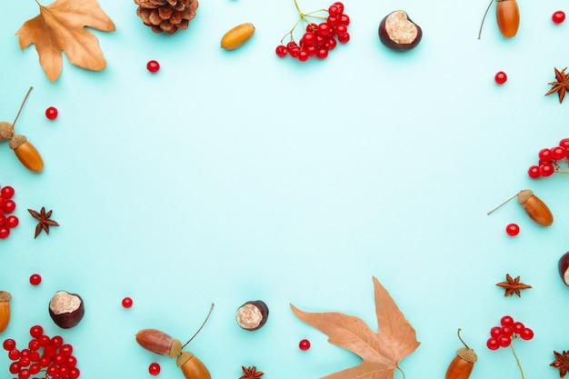 コピースペースのある秋の作曲。紅葉ととうもろこし、松ぼっくり、アニススター。フラットレイ、上面図、コピースペース