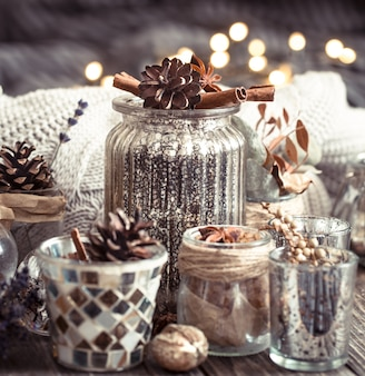 Осенняя композиция с чашками и специями