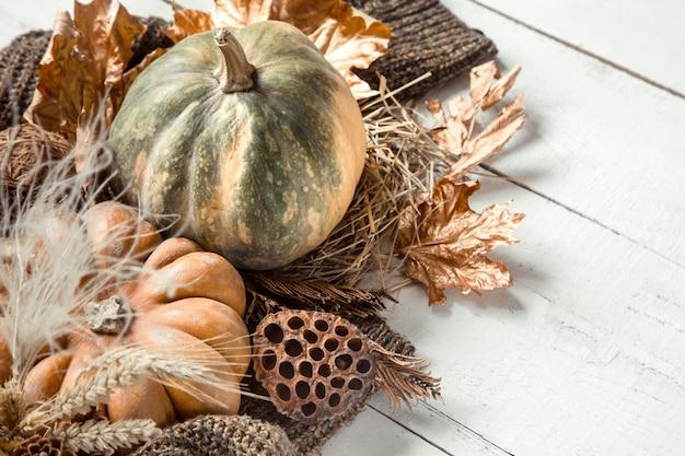 装飾品とカボチャの秋の構成