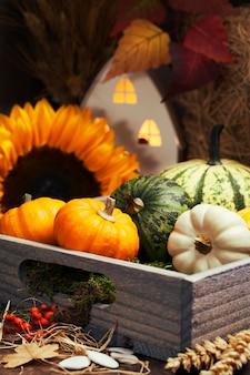 Осенняя композиция с домиком и тыквами в деревянном ящике