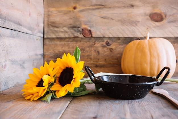 Осенняя композиция с кастрюлями и подсолнухами