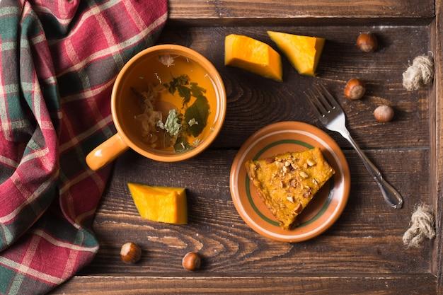 Осенняя композиция с тыквенным пирогом и чаем