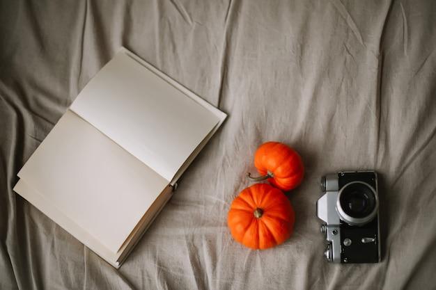 Осенняя композиция с тыквами осенняя осень хэллоуин день благодарения концепция Premium Фотографии
