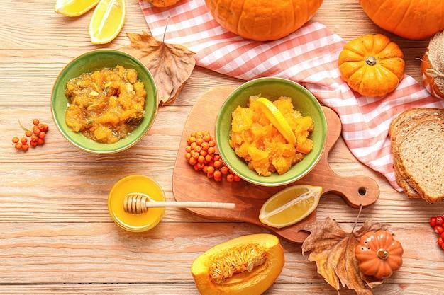 Осенняя композиция с вкусным тыквенным вареньем на деревянной поверхности