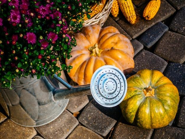 Осенняя композиция с овощами и цветами