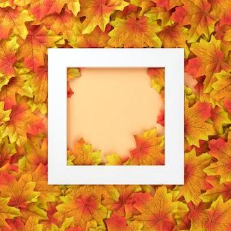 白いフレームと多くの色とりどりのカエデの葉で作られたパステル背景に秋のコンセプト