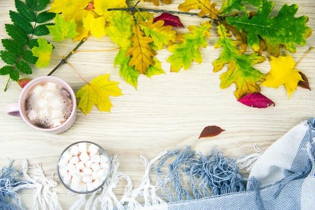 秋のコンセプトの上面図古い木の板にマシュマロとホットココアまたはホットチョコレート