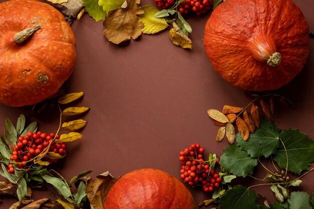 ハロウィーンを祝う紅葉と暗い背景にカボチャと秋のコンセプト
