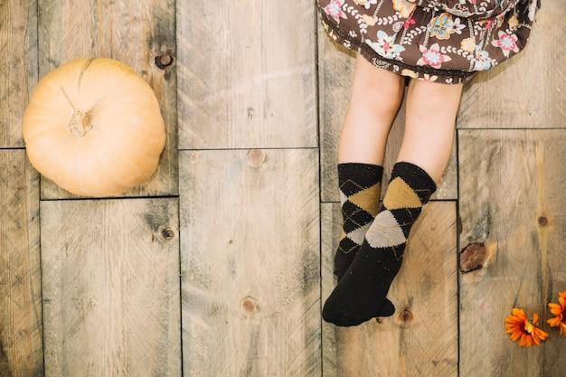 少女の足と秋のコンセプト