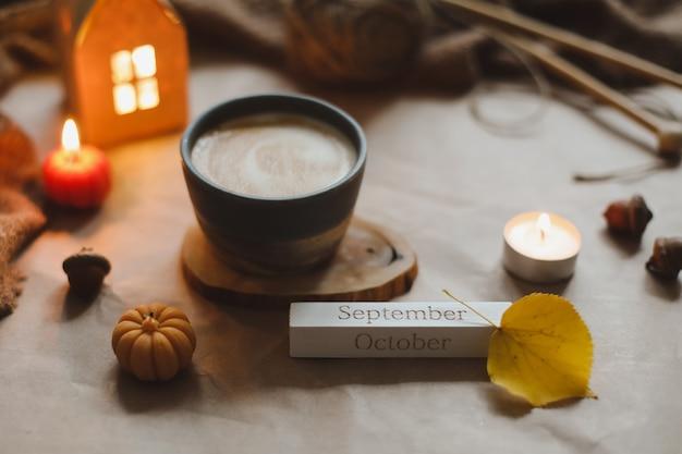 Осенний уютный домашний интерьер с чашкой, свечами, клетчатым хюгге, домашний декор, концепция хэллоуина и дня благодарения