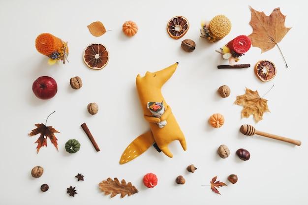 Осенний уютный натюрморт и декор для дома с игрушечными свечами и листьями лисы