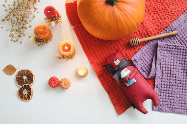 おもちゃのキャンドルカボチャと葉の秋の居心地の良い静物