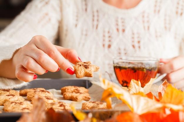 Осень. чашка кофе и печенье в форме листьев. выборочный фокус