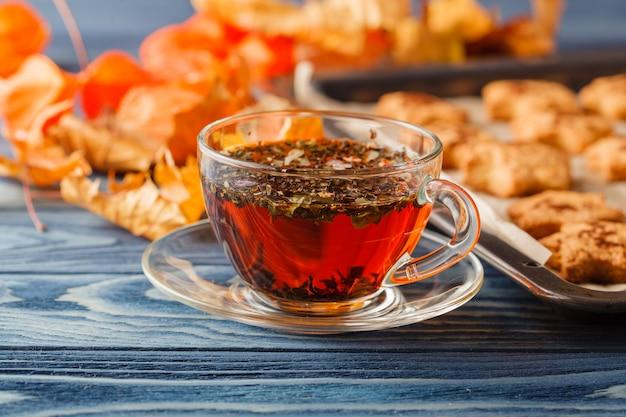 秋。一杯のコーヒーと葉の形をしたクッキー。セレクティブフォーカス