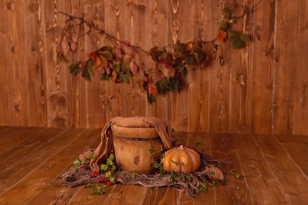 秋の装飾:木製の背景にカボチャ、ベリー、葉、感謝祭やハロウィーン