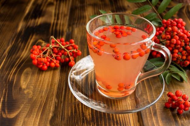 ガラスのコップに赤いナナカマドと秋の飲み物