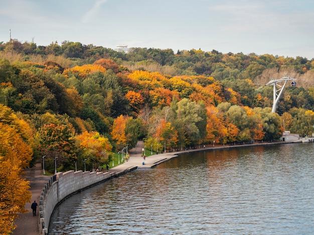 モスクワ川の秋の堤防。そばが丘。ロシア。