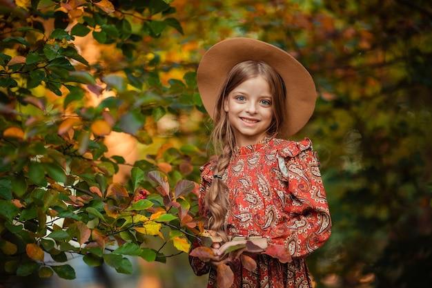 帽子の10歳の子供の女の子の秋の感情的な肖像画。