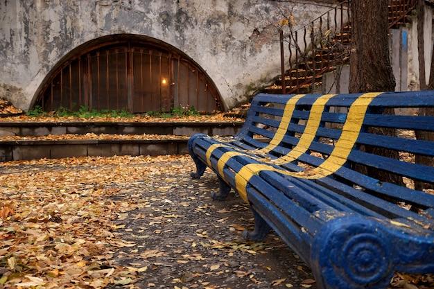 Осенний этюд с лавочкой во дворе старого дома