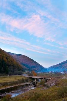 秋の夜の山の村(コロチャバ、カルパティア、ウクライナ)。