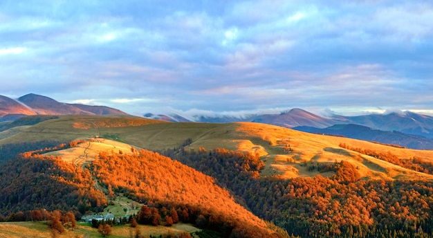 山に欲望の黄金の日光と空にピンクの夜の輝きと秋の夜の高原の風景。