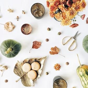가을 가을 평평한 평신도, 평면도 배치. 국화 꽃다발, 호박, 잎, 흰색에 황금 가위
