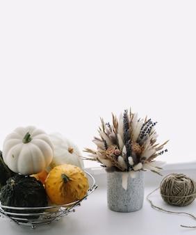 Осенняя осень хэллоуин день благодарения концепция и композиция с тыквами и цветами