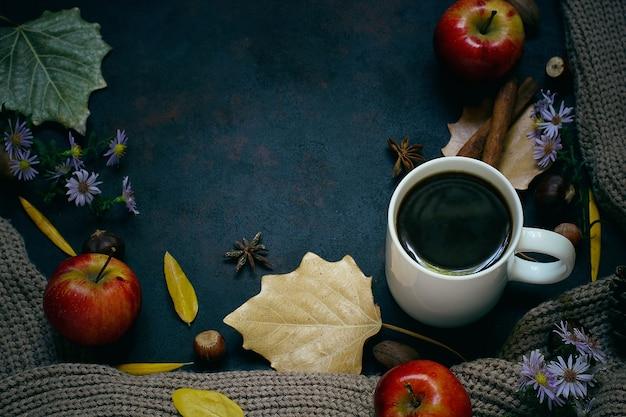 秋、紅葉、熱い蒸しコーヒー、暖かいスカーフまたはカーディガン。季節の朝のコーヒー、日曜日のリラックスと静物のコンセプト。