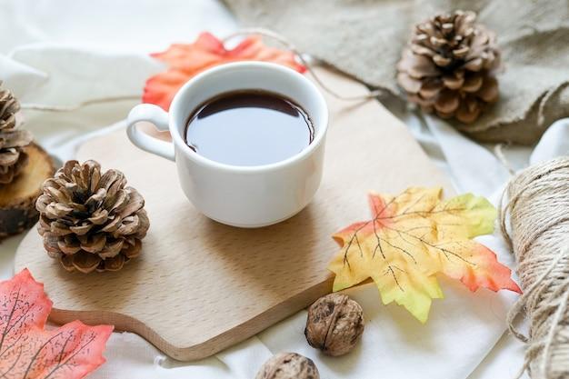 가을 단풍, 흰색 바탕에 뜨거운 김이 나는 커피 한 잔. 편안하고 정물 개념입니다.