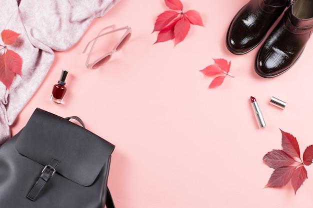 秋の女性服コレクション。女性はファッションコンセプトフラットレイアウトを落ちる。バックパック、ブーツ、スカーフ、化粧品のオーバーヘッド