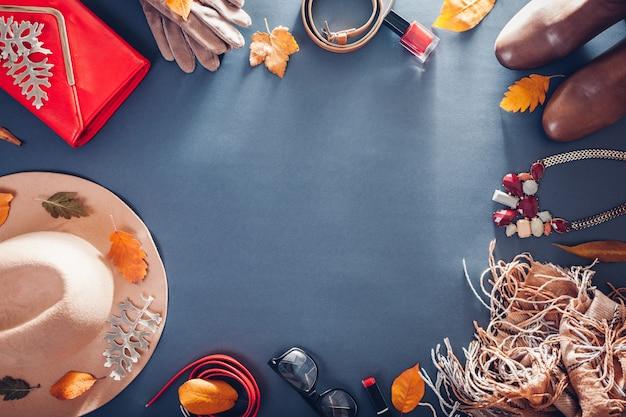 Осенний женский наряд. набор бежевой и красной одежды, обуви, косметики и аксессуаров. копия