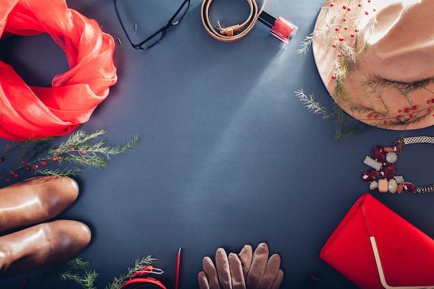 Осенний женский наряд комплект бежевой и красной одежды, обуви, косметики и аксессуаров