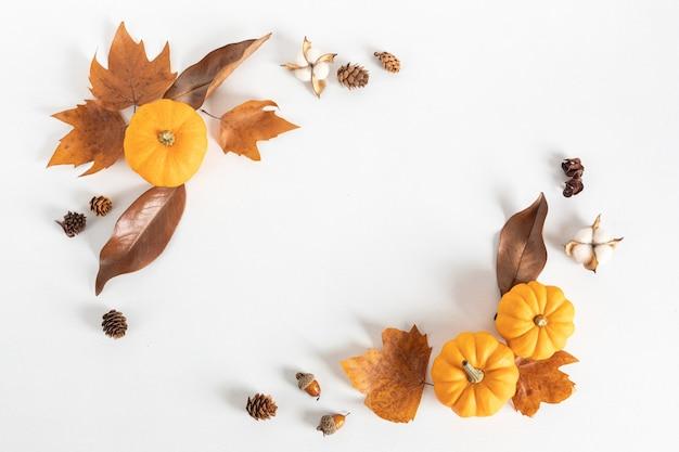 秋のフラットレイ構成。カボチャ、乾燥した葉とナッツ。秋、秋のコンセプト。モックアップ、上面図、コピースペース
