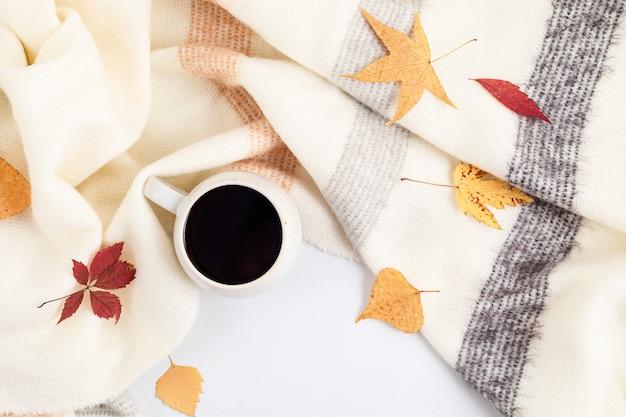 Осенняя плоская композиция с подарком ручной работы и сушеными листьями