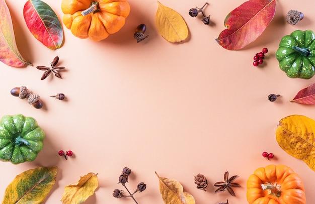 コピースペースと乾燥した葉とカボチャから秋のフラットレイの装飾