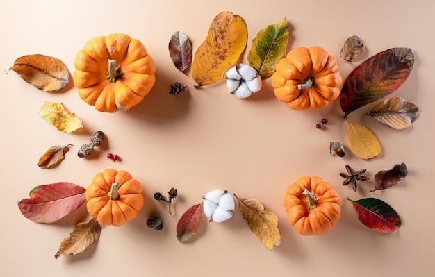 乾燥した葉、コピースペースのある綿の花から秋のフラットレイの装飾
