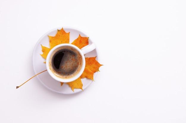 秋のフラットは、コピースペースとコーヒーとカエデの葉で横たわっていた