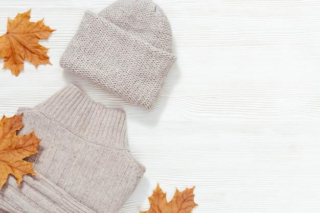 가을은 따뜻한 옷으로 평평하게 누워 있습니다. 여성용 패션 의류