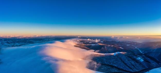 カルパティアの秋の山々の空中パノラマドローンショットの青い空を通る秋の飛行