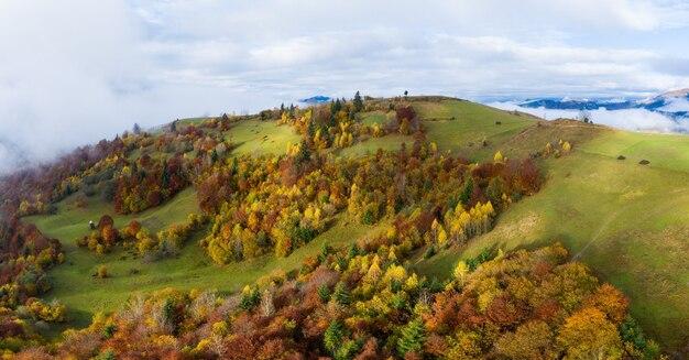 Carpatian 가을 산의 푸른 하늘을 통한 가을 비행, 공중 파노라마 무인 항공기