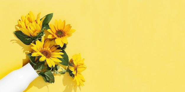 白い花瓶にひまわりの秋の花。
