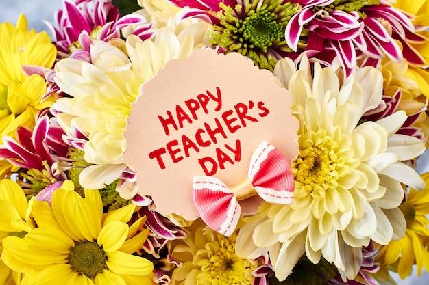 가 꽃과 인사말 카드입니다. 좋아하는 선생님을 축하합니다.