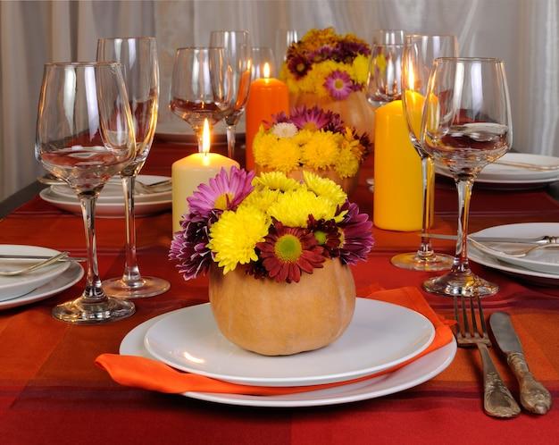 Осенние цветы в вазе из тыкв как элемент декора посуды