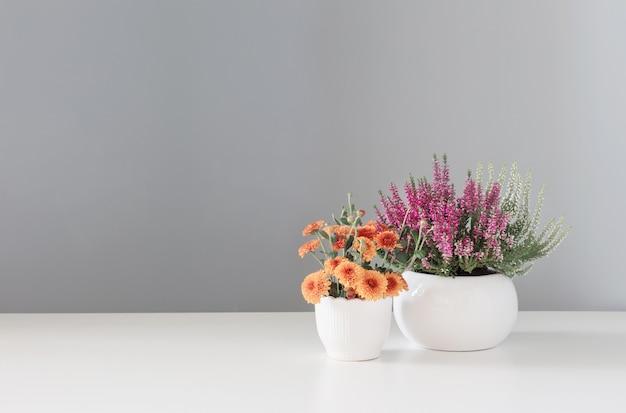 흰색 테이블에 가을 꽃