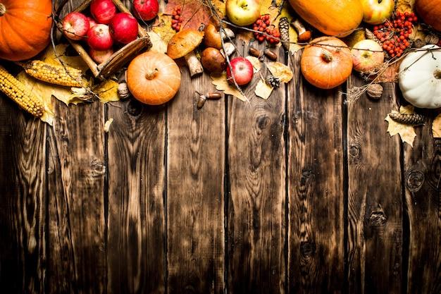 秋の食べ物木製の背景に秋の果物と野菜