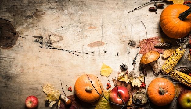 秋の食べ物。秋の果物と野菜。木製の背景に。
