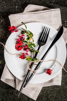 가 음식 배경 개념입니다. 추수 감사절 저녁 식사, 칼 칼 세트로 어두운 돌 테이블, 장식 처럼가 열매와 포크. 검정색 배경. 복사 공간 평면도 수직