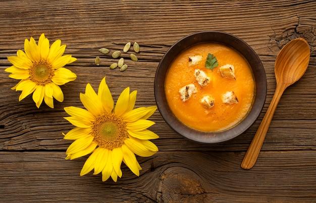 秋の食べ物の花とスープ