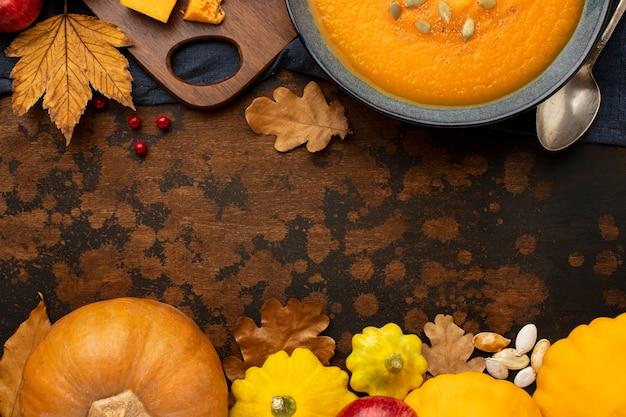 Zucca e foglie dell'alimento di autunno