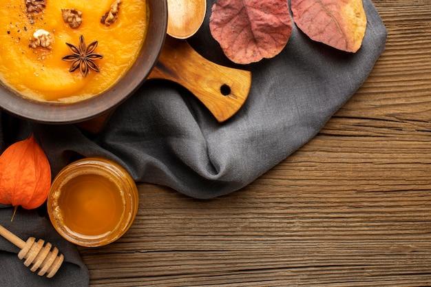 Осенняя еда тыквенный суп и мед